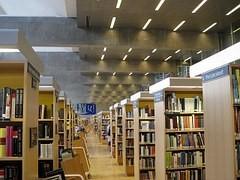 In Bibliotheken optimiert die RFID-Technologie das Ausleihen und die Rückgabe sowie das Wiederfinden vermisster Bücher